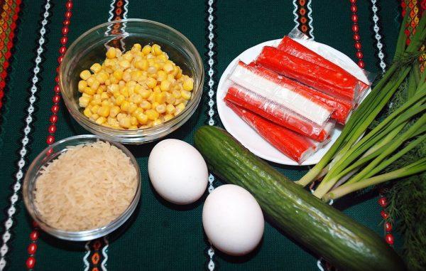 Крабовые палочки, рис, кукуруза, огурец