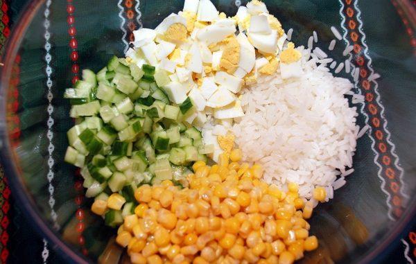 Миска с ингредиентами салата