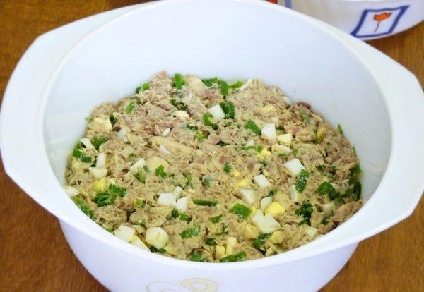 Смесь консервированной рыбы, яиц и лука в форме для выпекания