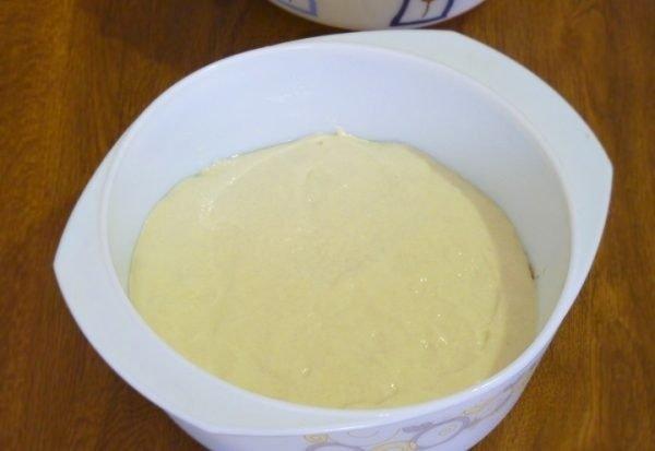 Заготовка для заливного пирога в белой жаропрочной форме на столе