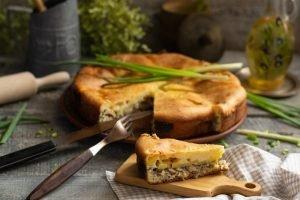 Заливной пирог с сайрой - простой вариант выпечки для тех, кто знает цену времени и любит вкусно поесть