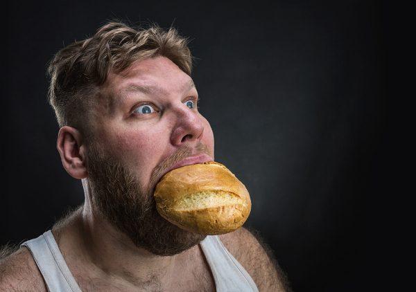 Неадекватное поедание хлеба
