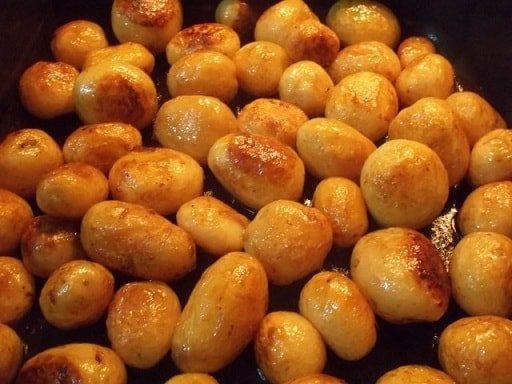 Молодой картофель в сковороде