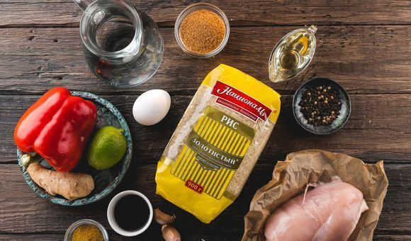 Продукты для приготовления жареного риса по-тайски на деревянной поверхности