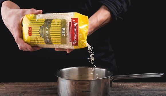 Пересыпание сухого риса из упаковки в кастрюлю