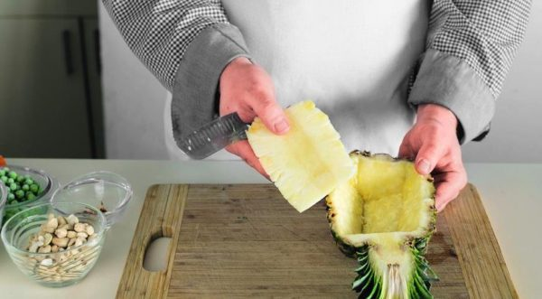 Извлечение мякоти из половинки ананаса