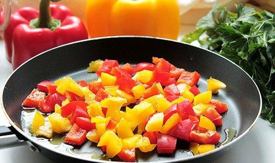 Кусочки разноцветного болгарского перца в сковороде