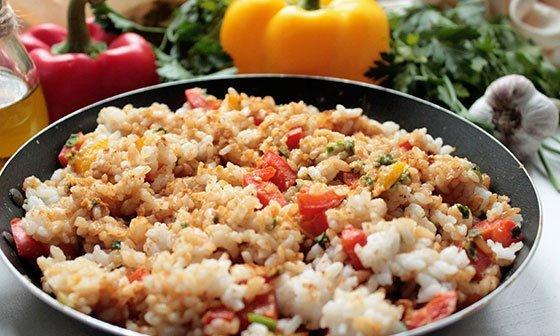 Рис с овощами и соевым соусом в большой сковороде