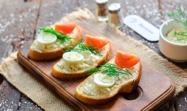 Бутерброды с помидором и яйцом