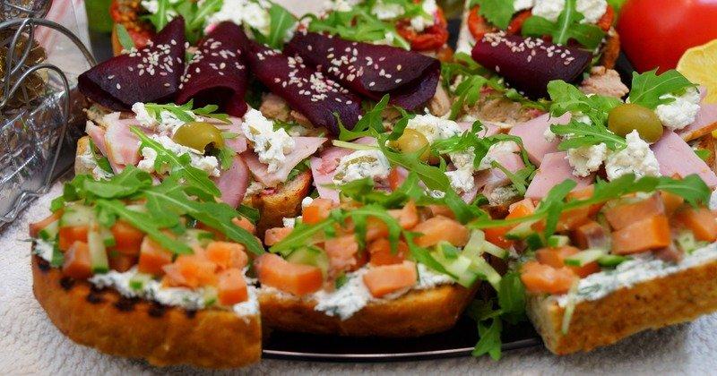 Бутерброды с творожным сыром и другими продуктами