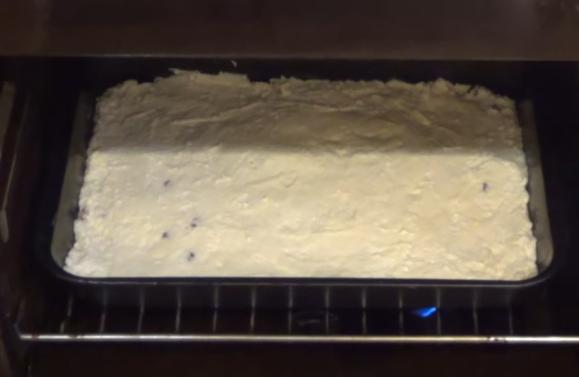 Заготовка для творожной запеканки в прямоугольной форме на решётке духовки