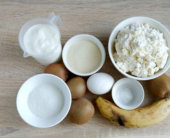 Продукты для приготовления творожной запеканки с фруктами на столе