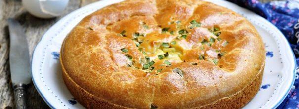 Заливной пирог с картошкой станет отличным дополнением к семейному обеду, дружескому чаепитию или праздничному застолью
