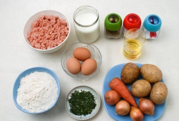 Продукты для заливного пирога с картофелем и фаршем на столе