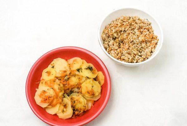 Картофельная и мясная начинки для пирога в отдельных ёмкостях на столе