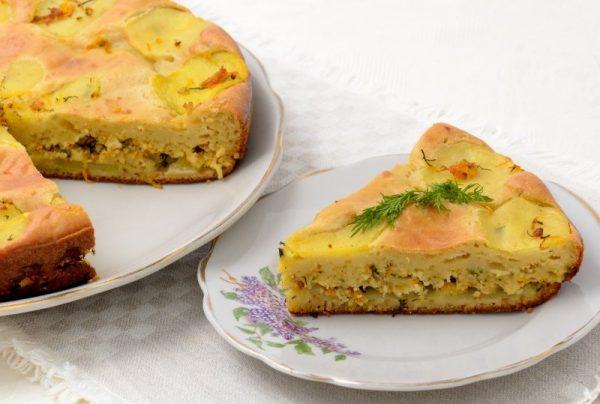 Заливной пирог с картофелем и фаршем на столе