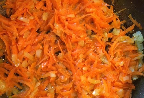 Обжаренные лук и морковь в сковороде