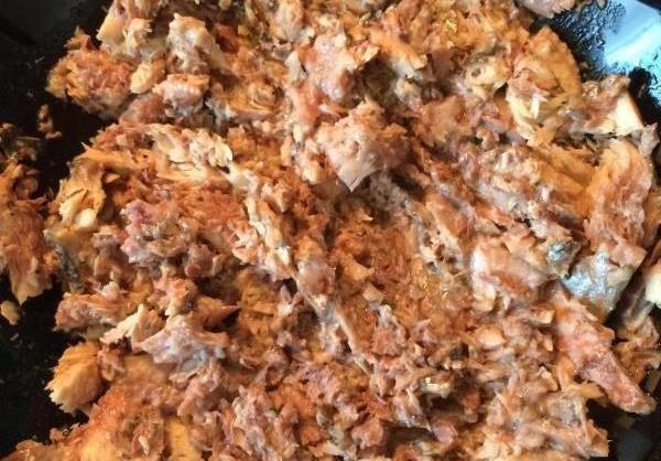 Формирование заливного пирога с картофелем и рыбой в форме для запекания