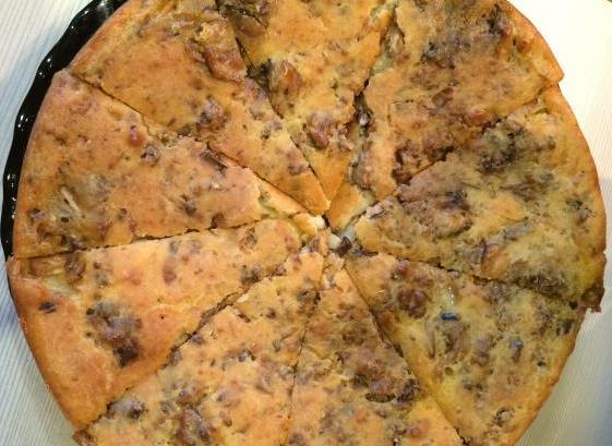 Готовый заливной пирог с картофелем и рыбой, порезанный на сегменты