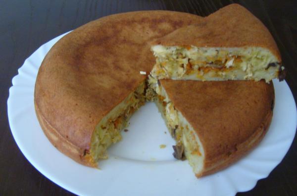 Заливной пирог с картофелем, грибами и овощами на тарелке