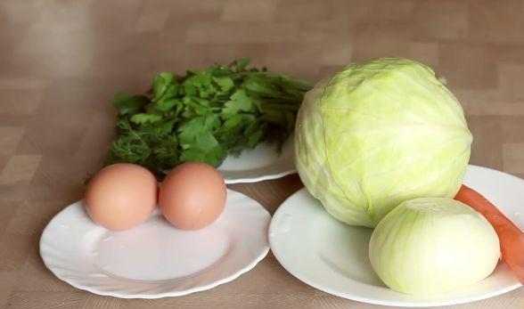 Овощи, яйца и свежая зелень на тарелках