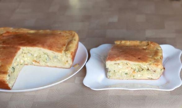 Готовый пирог с капустно-яичной начинкой на тарелках