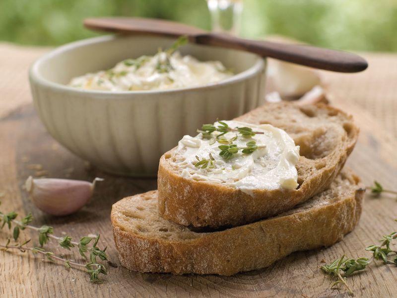 Простые и сложные бутерброды с плавленым сыром отлично украсят любой стол