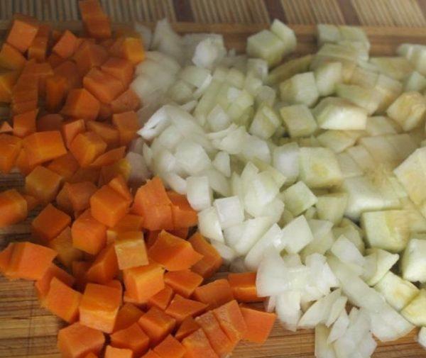 Нарезанные лук, морковь и кабачки