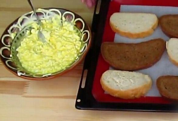Кусочки хлеба на противне и сырная масса в керамической тарелке
