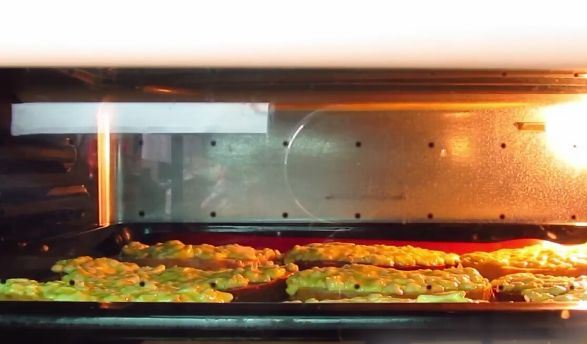 Горячие бутерброды с плавленым сыром в работающей духовке