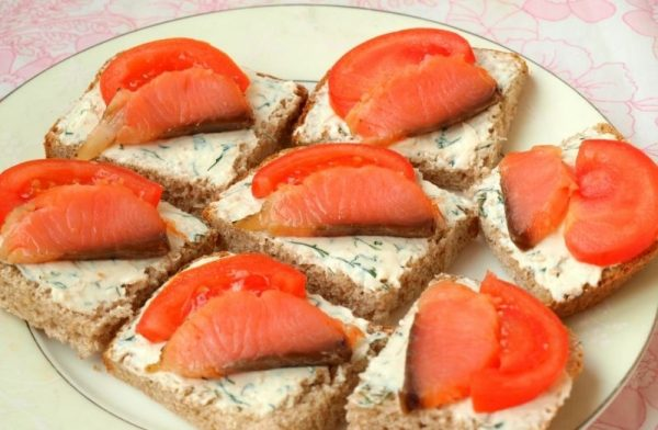 Заготовки для бутербродов с плавленым сыром, зеленью, красной рыбой и помидором