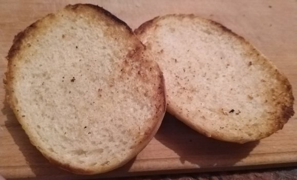 Поджаренные половинки булочки