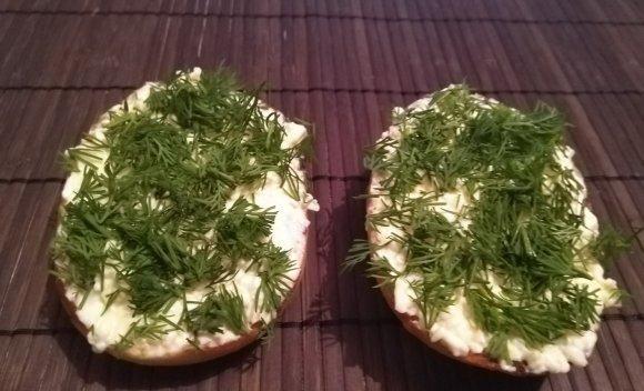 Заготовки для бутербродов из булочек с укропом и сырной массой