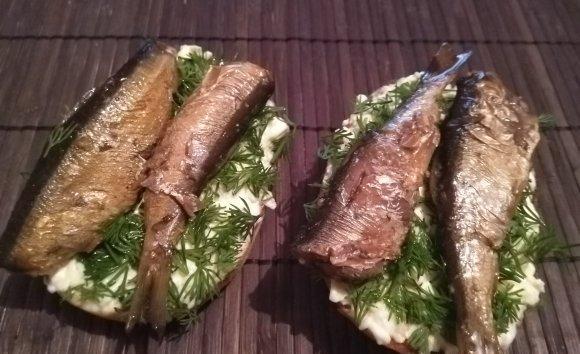 Бутерброды с плавленым сыром и шпротами