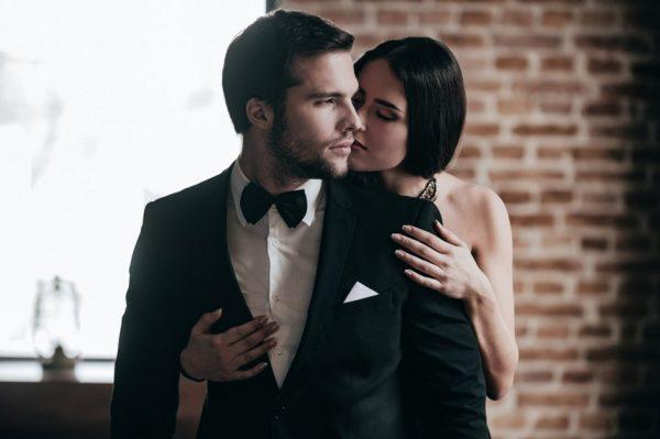 Женщина обнимает мужчину сзади