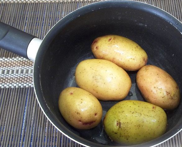 Картофелины в кастрюле с ручкой