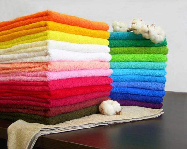 Стопка разноцветных полотенец