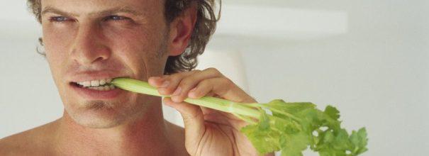 Мужчина ест сельдерей