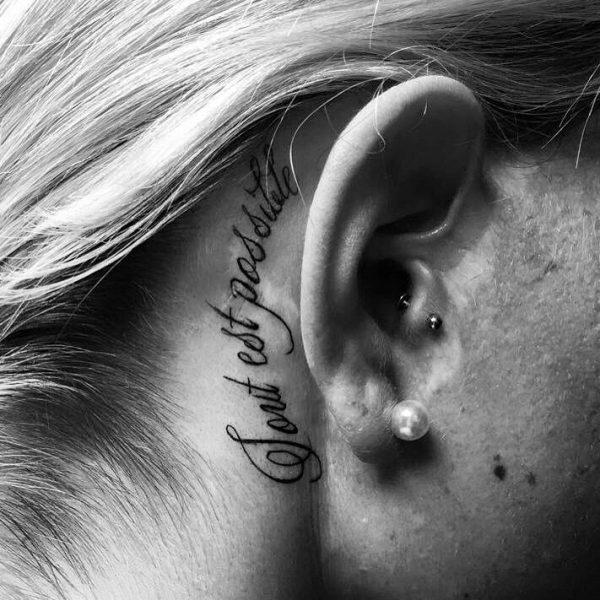 Надпись за ухом