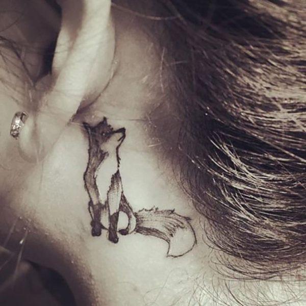 Изображение лисы за ухом
