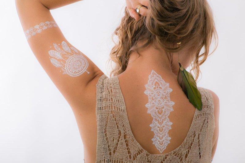Белые татуировки у девушки