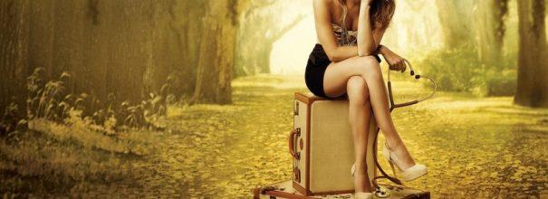 Женщина сидит закинув ногу на ногу