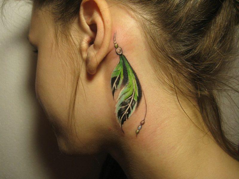татуировка за ухом у девушки