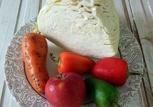 Продукты для приготовления быстрой маринованной капусты на тарелке