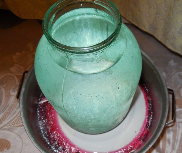 Маринование капусты со свёклой в металлической кастрюле под гнётом из банки с водой