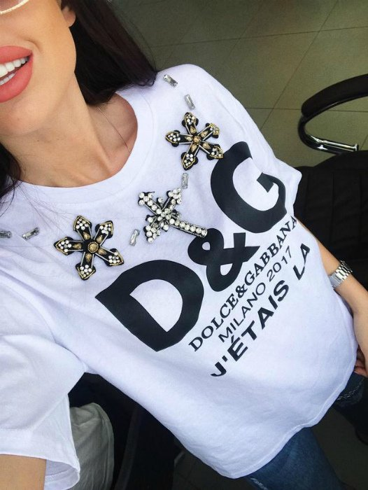 Логотип D&G на футболке