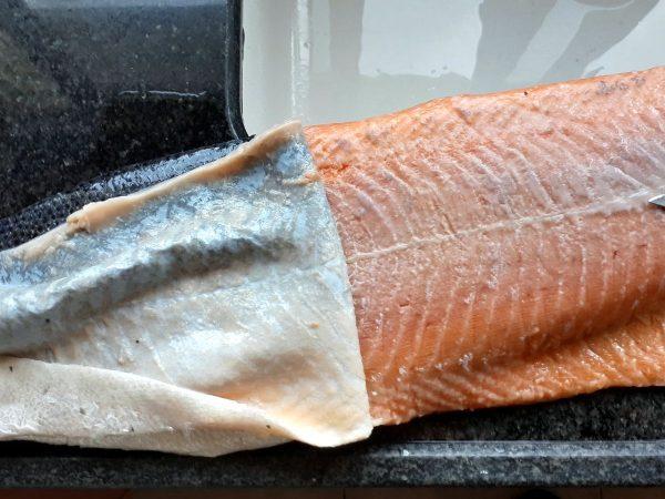 Шкура снимается с рыбы