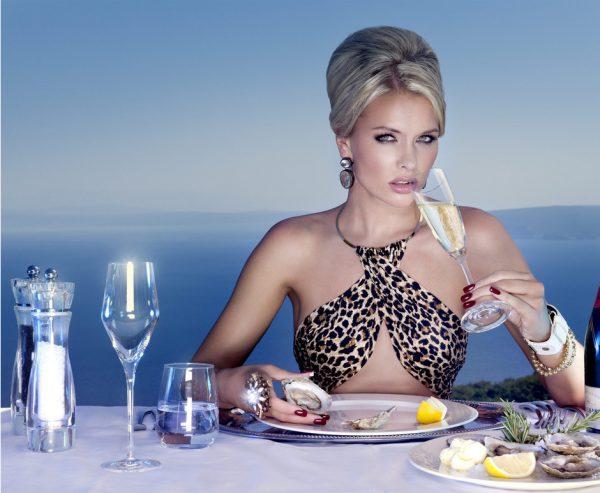 Высокомерная женщина, ресторан