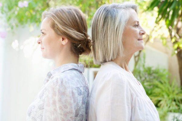 Свекровь и невестка стоят спинами друг к другу