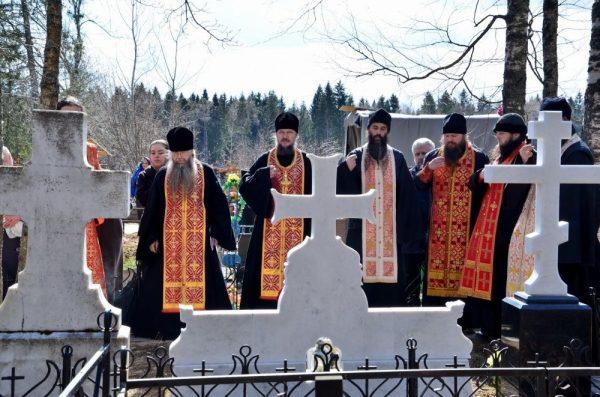 священнослужители на кладбище